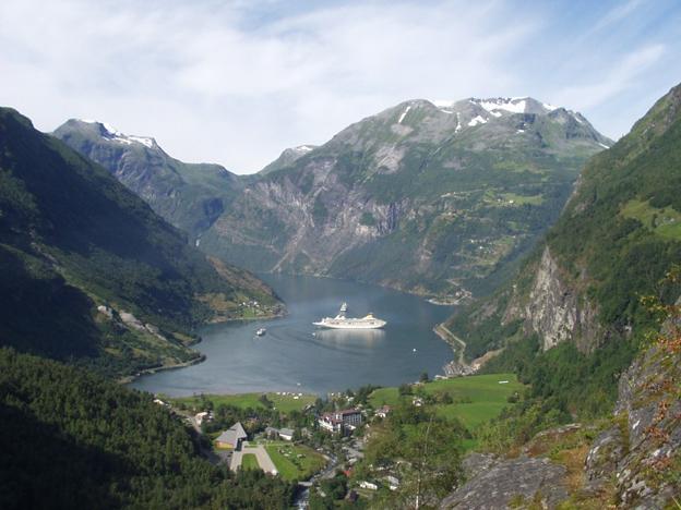 Geirangerfjorden med sina kryssningsfartyg lockar till bussbolagsaffär i Jämtland. Foto: smg/Wikimedia Commons.