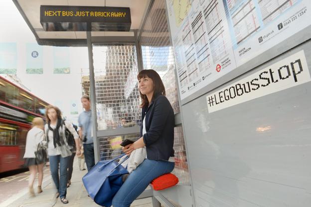 100 000 legobitar har gått åt för att bygga en busshållplats i London helt i Lego. Foto: Transport for London.