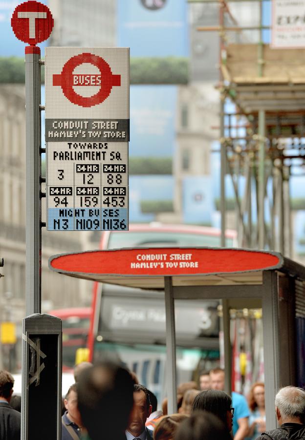 Även skyltarna är helt i Lego. Foto: Transport for London.