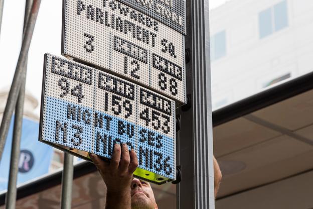 Här sätts en av informationstavlorna upp. Foto: Transport for London.