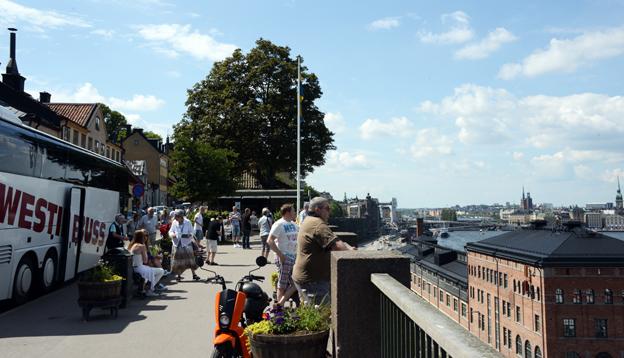 Utländska turister beundrar utsikten från Fjällgatan i Stockholm. Foto: Ulo Maasing.