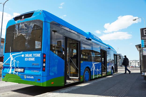 En av Volvos laddhybridbussar. Volvo Bussar och ABB har tecknat ett globalt samarbetsavtal om elbussar. Foto: Voilvo.