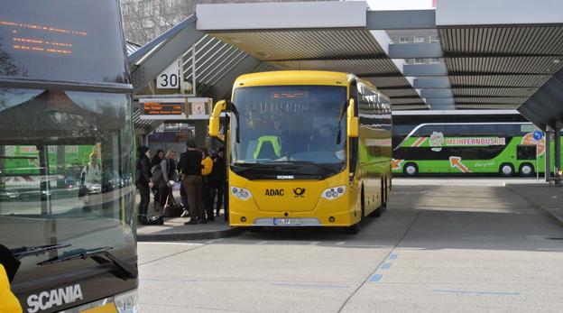Den tyska expressbussmarknaden avreglerades för ett och ett halvt år sedan. Trafiken växer fortfarande så det knakar. Här är exprssbussar från ADAC Postbus och Mein Fernbus på busstationen i Berlin. Foto: Ulo Maasing.