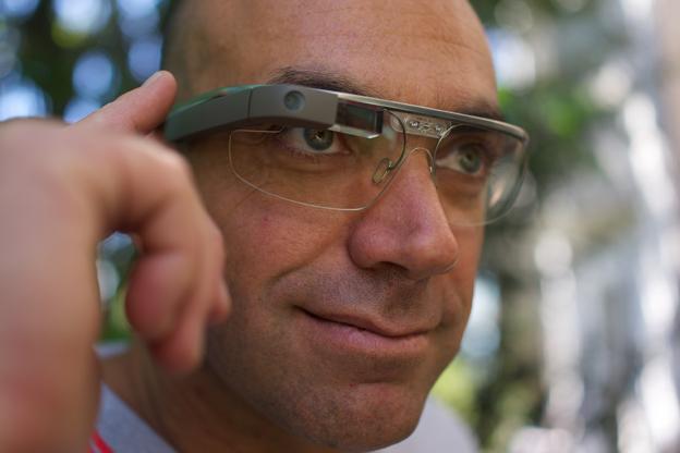 Inte science fiction längre: Nu kan man få realtidsinformation om busstrafiken direkt i sina glasögon. Foto: Loic La Meur/Wikimedia Commons.