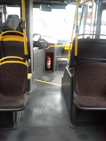 En snabb ombyggnad gör att rullstolsburna resenärer med stadsbussarna i Härnösand även kan stiga på och av genom framdörren. Foto: Byberg&Nordin.