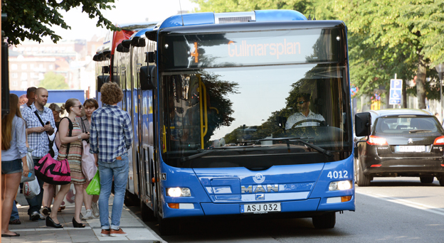 Linje 4 i Stockholm är landets mest utnyttjade busslinje men bör inte göras om till spårväg. Satsa istället på framkomlighet, snabbhet och dubbelledade elbussar anser Centerpartiet. Foto: Ulo Maasing.