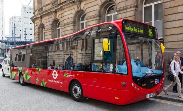 År 2020 ska enbart utsläppsfria enplansbussar vara i trafik i centrala London. I dagarna har Transport for London satt sina fyra första Optare MetroCity EV i trafik. När det gäller dubbeldäckare fortsätter London att storsatsa på hybridbussar. Foto: Transport for London.