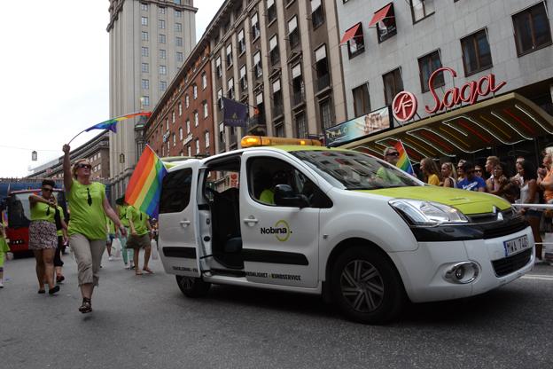 Nobina deltog i Prideparaden med såväl trafikledarbil som med buss.