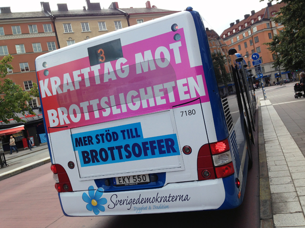 Innerstadsbuss i Stockholm med SD-reklam. Mindre riskabelt än i vissa ytterområden, menar SL. Foto: Ulo Maasing.