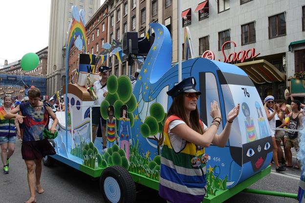 Båtbuss. SL och Waxholmsbolaget hade skapat ett nytt hybridfordon till Prideparaden: En buss som övergick i båt…