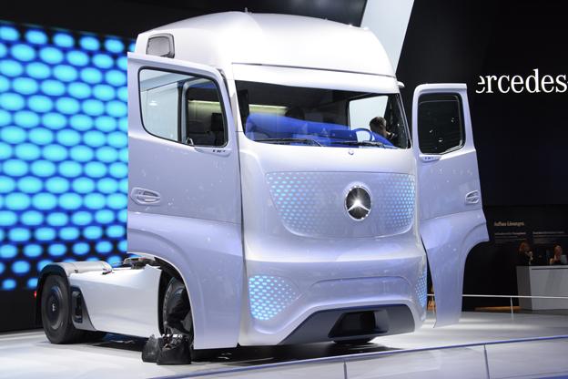 Även Mercedes-Benz tror på en spegelfri framtid för tunga fordon. På företagets spektakulära framtidslastbil har de yttre backspeglarna ersatts med kameror. Foto: Ulo Maasing.