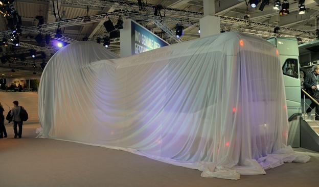 Även Volvos nya elhybridbuss var dold på tisdagen. Foto: Ulo Maasing.