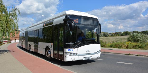 Solaris lanserar nu en helt batteridriven, 18 meter lång ledbuss. De första bussarna ska gå i trafik i den tyska staden Braunschweig och laddas induktivt. Foto: Solaris.