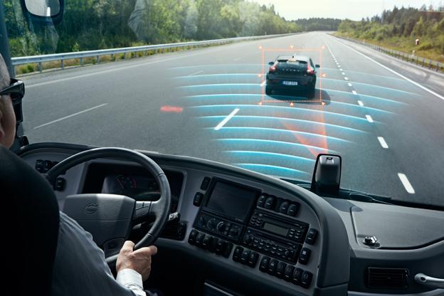 Radar och kamera samverkar för att upptäcka hinder framför bussen. Bild: Volvo Bussar.
