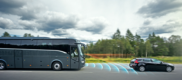 Om föraren inte reagerar på de automatiska varningarna aktiveras bromssystemet omedelbart. Systemet fungerar även i kurvor. Bild: Volvo Bussar.