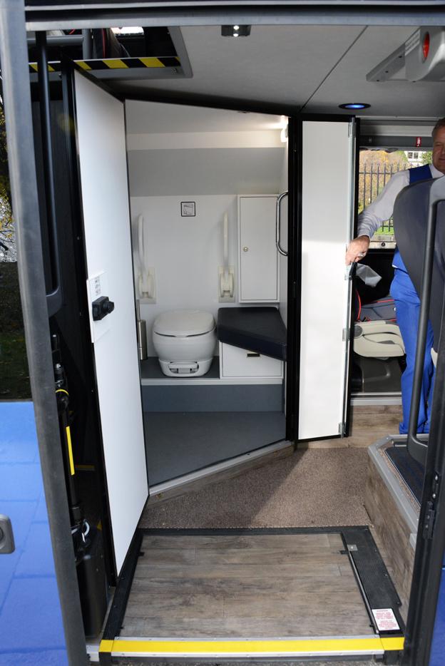 Ingen trång skrubb i en smal trappa. Toaletten i 1st Busness Class är rymlig och lätt att nå genom att dörren kan göras extra bred.