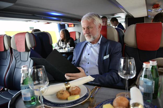 """""""En suverän satsning"""", säger MIkael Persson, Sveriges Bussföretag, när han studerar menyn i 1st Bussness Class."""