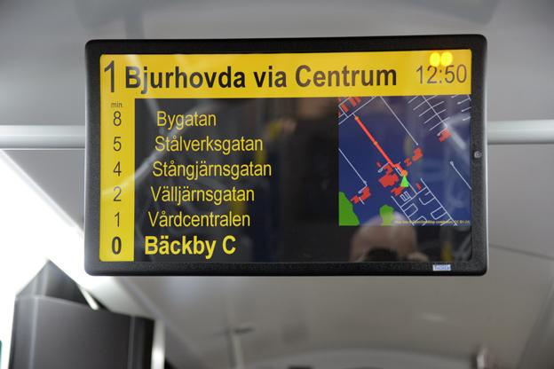 Tydliga infoskärmar finns också i VL:s nya stadsbussar –något som SL och Keolis inte har ansett resenärerna med de nya vanliga, röda, innerstadsbussarna vara värda. Foto: Ulo Maasing.