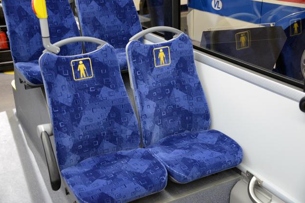 Handikapplatserna i VL-Solarisen har symbolen för handikapplats insydd i stolssitsen. Smart. Foto: Ulo MAasing.