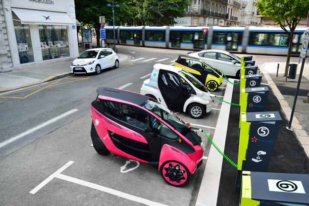 De 70 ultrakompakta elbilarna finns utplacerade vid knutpunkter för kollektivtrafiken. Foto: Toyota.