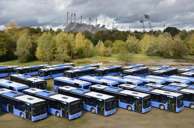 """Lokaltrafiken i München fortsätter att satsa hårt på """"busståg"""", alltså bussar med släpvagn. I dagarna har man tagit emot en stor, starkt försenad leverans av dragbussar. Foto: MVG."""