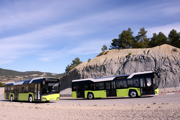 Här kommer nya Solaris Urbino p bred front på en testbana utanför Sitges i Spanien. Bussen visas i ledbussversion på Persontrafikmässan i Stockholm. Foto: Ulo Maasing.