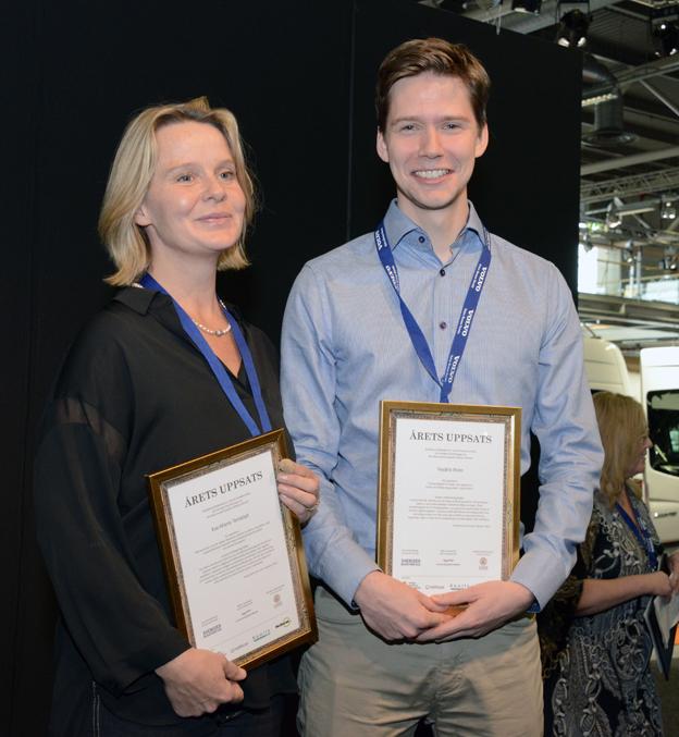 Eva-Maria Ternblad och Fredrik Palm delar på priset för 2014 års bästa studentuppsats om kollektivtrafik. Foto: Ulo Maasing.