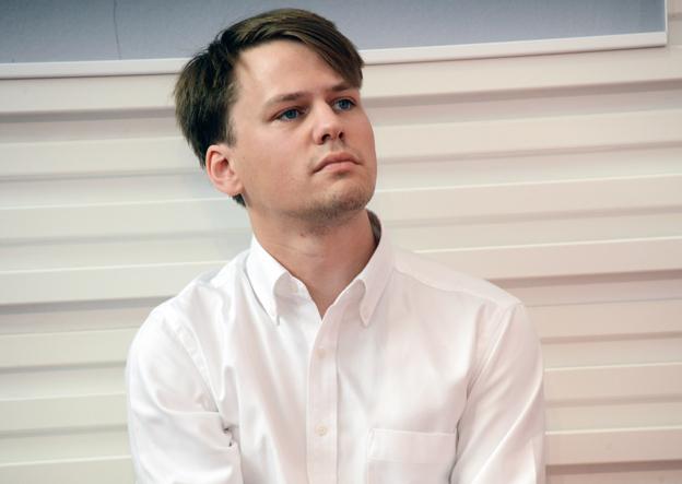 Oskar Taxén, jurist på fackförbundet Kommunal: Entreprenörer som vinner anbud i kollektivtrafiken ska ta över de anställda. Foto: Ulo Maasing.