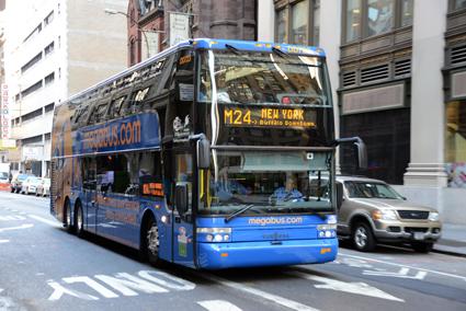 Stagecoachägda företag som Megabus.com och Coach USA är stora Van Hoolkunder i USA. Här är en av megabus.coms expressbussar i New York. Foto: Ulo MAasing.