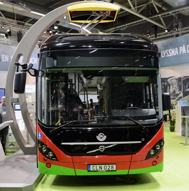 På Persontrafik visade Volvo den första av de åtta laddhybrider Volvo 7900 Electric Hybrid som ska gå i ett elbussprojekt i Stockholm. Bågen ovanför bussen är en av de laddstationer som ska finnas på linjens ändhållplatser. Foto: Ulo Maasing.