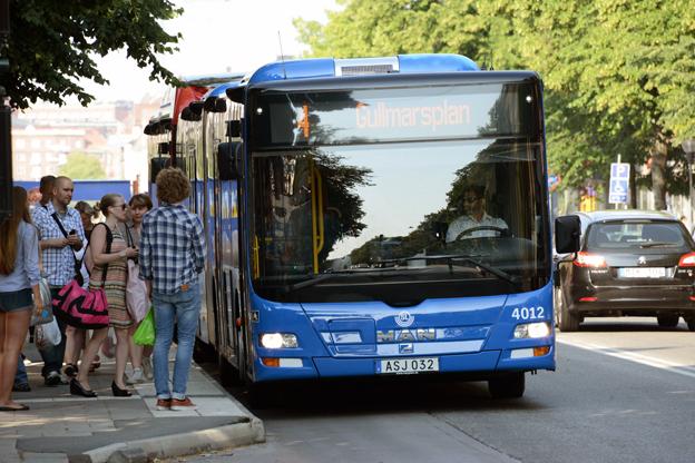 Alliansen i Stockholms läns landsting vill lägga 40 miljoner på att utreda om buss 4 ska komverteras till spårväg för fem miljarder. Men i övrigt saknas konkreta förslag när det gäller busstrafiken, konstaterar Sveriges Bussföretag. Foto: Ulo Maasing.
