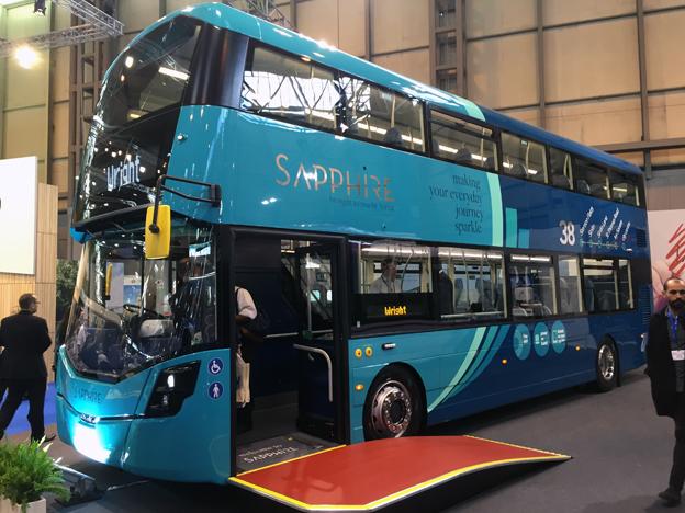 Hos Wrightbus fanns bland annat den här läckert färgsatta och inredda dubbeldäckaren för Arrivas nya högklassiga koncept Sapphire. Designen bär en omisskännlig prägel av den berömde brittiske designern Ray Stenning.