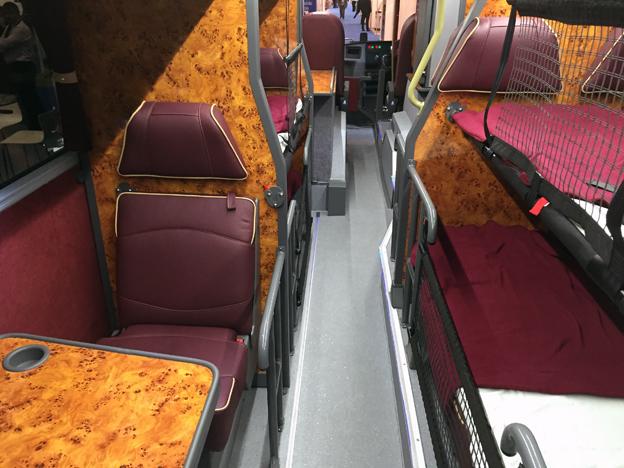 …med en inredning som kan ändras från enbart stolar dagtid till sovbuss nattetid. Trafikerar bland annat London –Skottland.