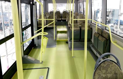 Inredningen präglas av ett stort antal klaffstolar som kan låsas uppfällda av föraren under rusningstid för att ge mer plats till stående passagerare. Foto: Volvo Bussar.