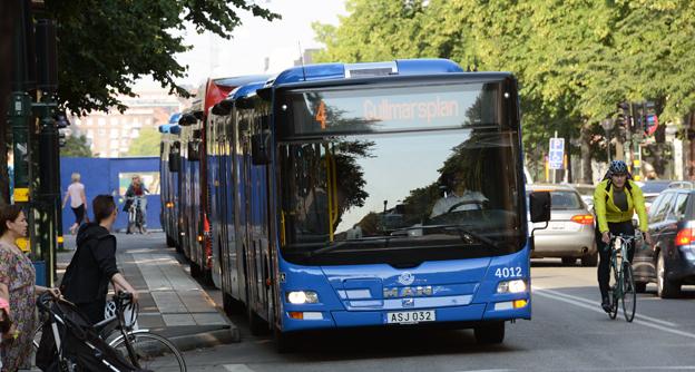 40 miljoner och två års arbete ska Stockholms läns landsting lägga ner på att utreda hur fyrans buss ska bli spårväg. Foto: Ulo Maasing.