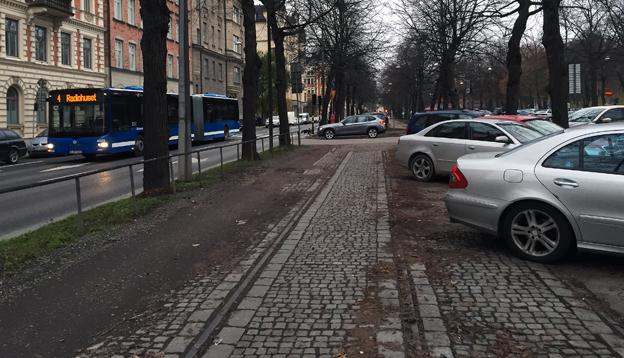 Vid högertrafikomläggningen gjordes kollektivtrafikens utrymme på en stor del av fyrans sträckning om till parkeringsplats. Bussarna tvingades ut bland bilarna. Det skulle vara enkelt att ge kollektivtrafiken dess utrymme åter. Foto: Ulo Maasing.