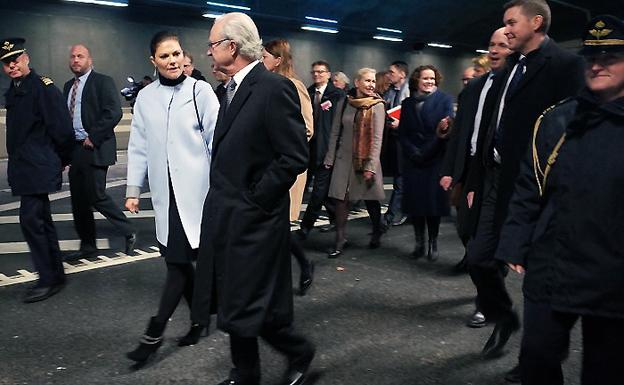 Kung Carl XVI Gustaf och kronprinsessan Victoria invigde Norra Länken på söndagen.