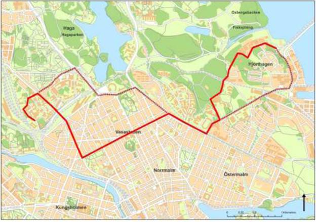 Stockholms första elektr4iska busslinje, linje 73, ska gå mellan Ropsten och Karolinska sjukhuset. Linjen får en ny sträckning (den tjocka röda linjen), jämfört med dagens linje 73 (streckad linje). Bild: Trafikförvaltningen, Stockholms läns landsting.