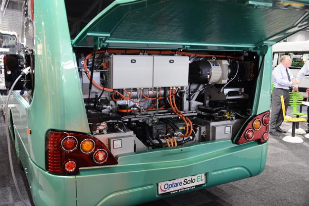 Ingen mullrande diesel. Bakom motorluckan på Optare Solo Electric döljer sig en tyst elmotor. Foto: Ulo Maasing.