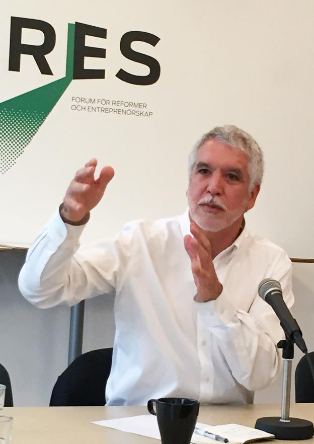 Bogot`s förre borgmästare Enrique Peñalosa reser världen runt som en rockstjärna. Ena dagen New York, nästa Stockholm. Men hos honom finns inga divalater. För Peñalosa är kollektivtrafik en central demokratifråga. Foto: Ulo Maasing.