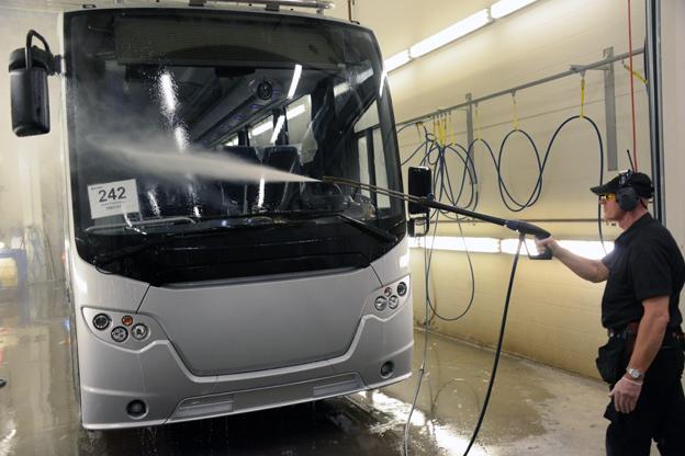 Genom att spola bussarna med vatten under högt tryck kontrollerar man att inget vatten läcker in någonstans. Foto: Ulo MAasing.