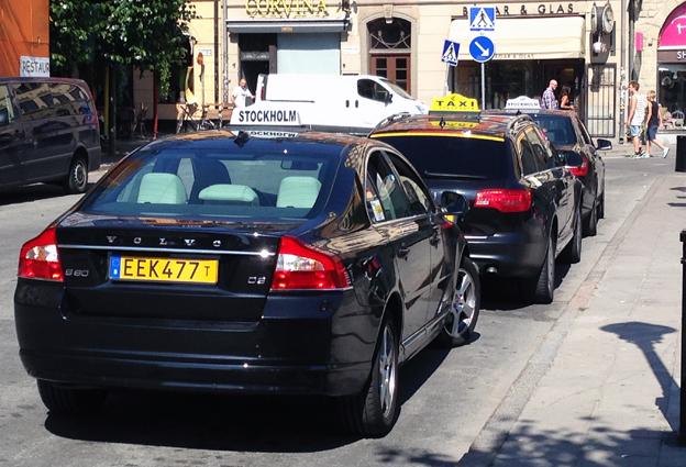 En ny lag ska minska risken för att turister och andra ska bli lurade att betala skyhöga priser för sin taxiresa. Här står bilar med jämförpriser på över tusenlappen på kö för att få köra turister i Gamla Stan i Stockholm. Blen närmast kameran har ett jämförpris på 1309 kronor, mer än fyra gånger så högt som de stora taxiföretagens priser. Foto: Ulo Maasing.