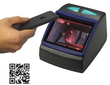 Resenären håller bara upp mobilen vid läsaren som registrerar QR-koden.