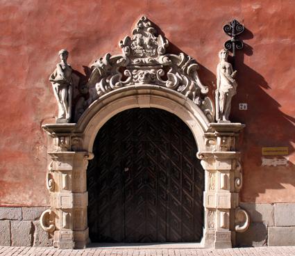 Arbetsdomstolens huvudentré. Foto: Albabos/Wikimedia Commons.