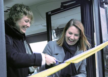 Ulrika Frick som är ordförande i Västra Götalands kollektivtrafiknämnd klipper bandet under glada former tillsammans med Paula Örn, ordförande i Ales kommunstyrelse. Foto: Paula Isaksson.