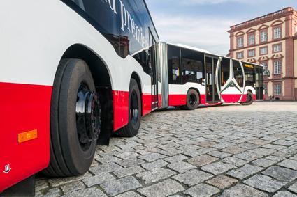 CapaCityL har fått en extra, styrbar bakaxel. Foto: Daimler Buses.