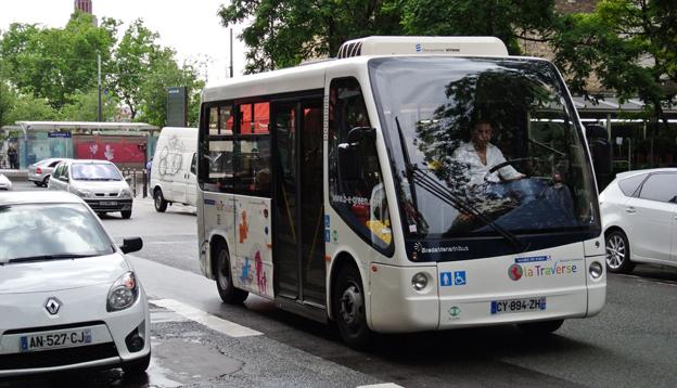 En liten, eldriven stadsdelsbuss i centrala Paris. Stadens borgmästare planerar nu hårda restriktioner av biltrafiken. Foto: Ulo Maasing.
