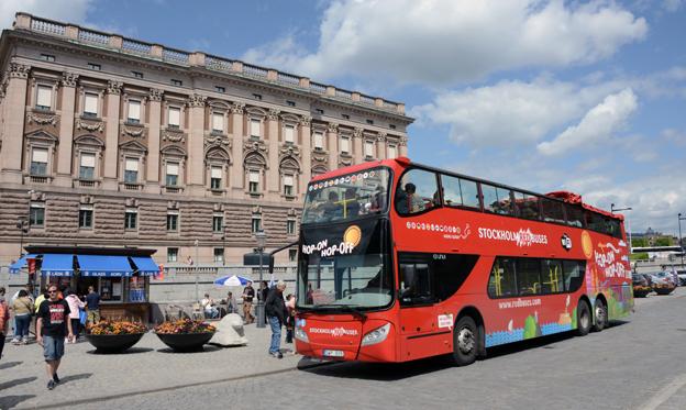 Stockholm Red Buses bjuder skolklasser på sightseeing. Dock inte nercabbat, med anke på årstiden. Foto: Ulo Maasing.