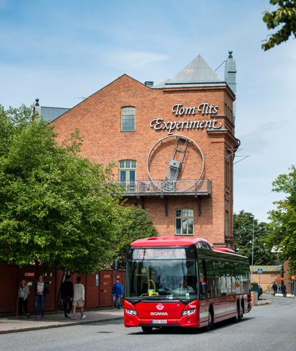 Scania kommer från i sommar att testa en induktivt laddad elhybridbuss i Södertälje. Foto: Scania.