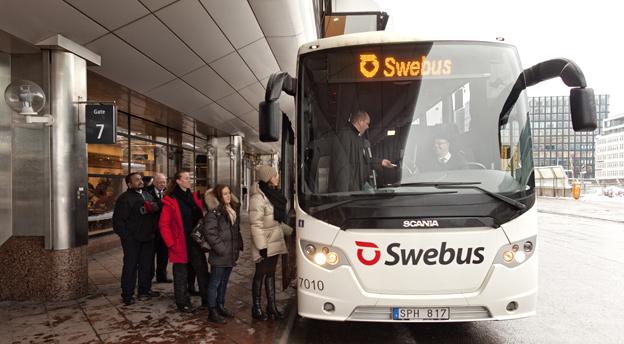 Swebus visar i en ny kampanj expressbussarnas överlägsna punktlighet. Foto: Swebus.